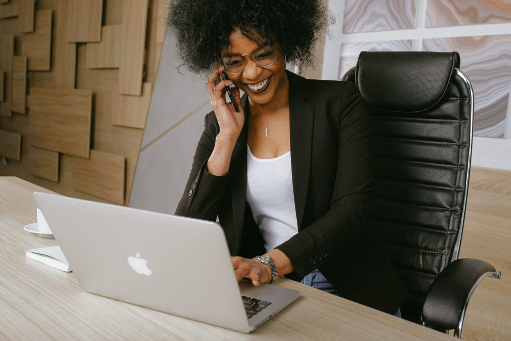 activités professionnelles cponseil en entreprise entrepreneur femme au téléphone